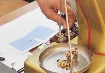 Compro Diamanti Roma - Vieni a far valutare i tuoi gioeilli da Compro Oro Roma. Le nostre Quotazioni al grammo sono le migliori nella piazza. Supervalutiamo anche le pietre dure incastonate.